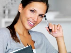 Уверенная в себе деловая девушка улыбается