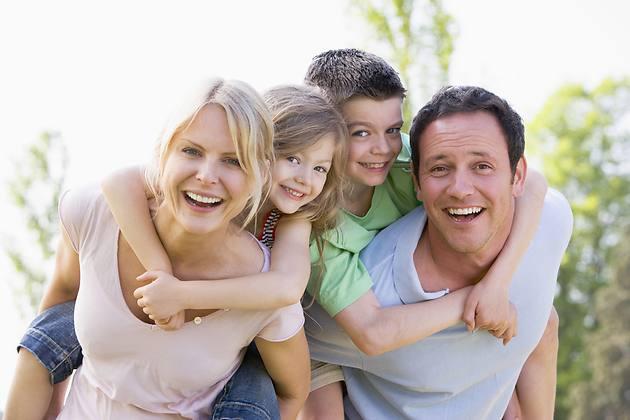 Дружная и радостная семья с хорошим настроенем