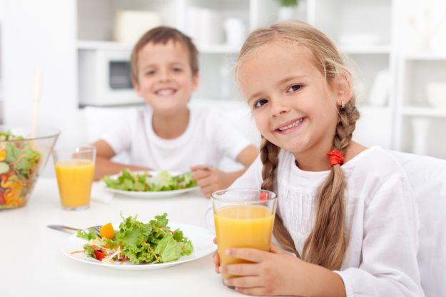 Дети пьют натуральный сок