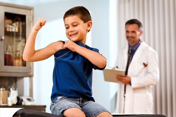 Ребенок показывает какой он сильный