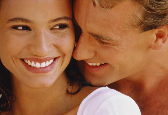 Красивые, белоснежные улыбки девушки и парня
