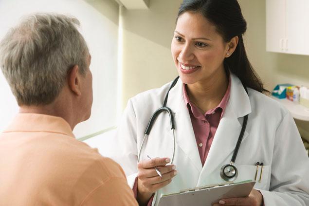 Врач выписывает рекомендации пациенту