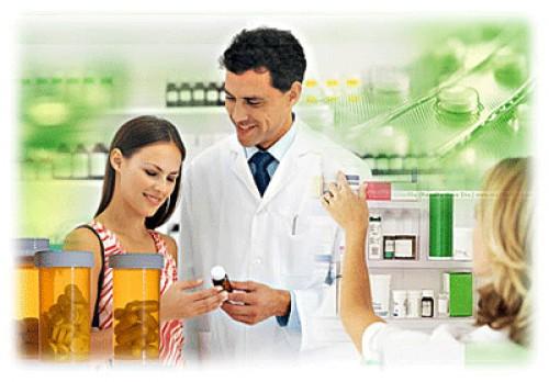 Провизор рассказывает молодой клиентке о способе применения препарата МАГНЕ B6