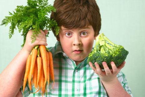 Ребенок держит в руках овощи